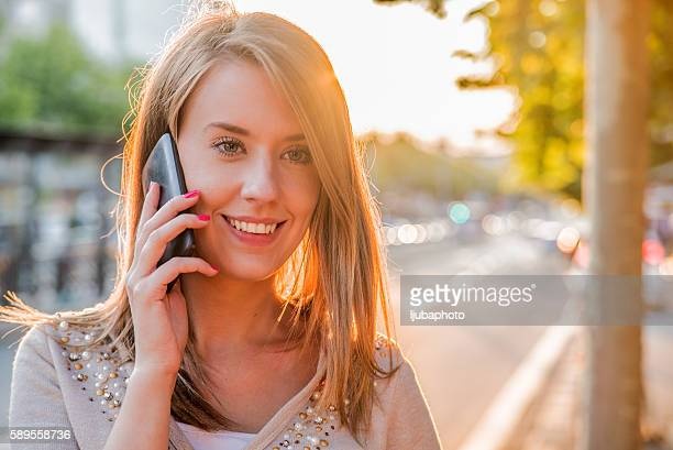 Junge Frau reden auf Handy