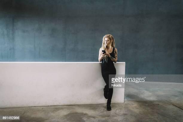 junge Frau SMS Nachricht auf dem Handy