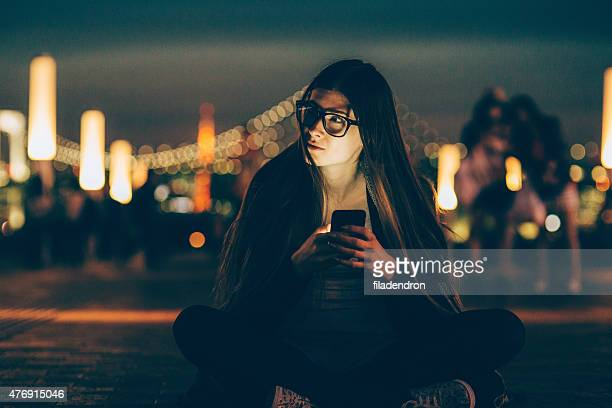 Junge Frau SMS auf das Telefon
