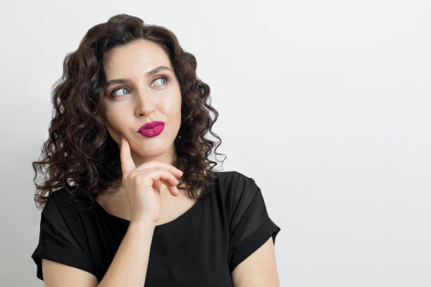 若い女性の考え方 - 女性 疑問 ストックフォトと画像