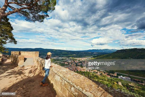 young woman tourist looking away on wall in siena - orvieto stock pictures, royalty-free photos & images