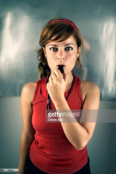 若い女性のトレーナーによる内部告発