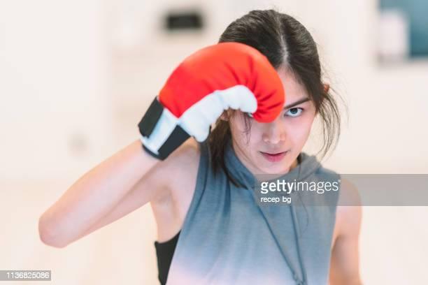 若い女性のトレーニングボクシング - 格闘技 ストックフォトと画像