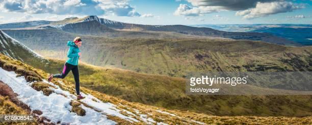 Sentier de formation de jeune femme qui longe le panorama montagneux sauvage de crête
