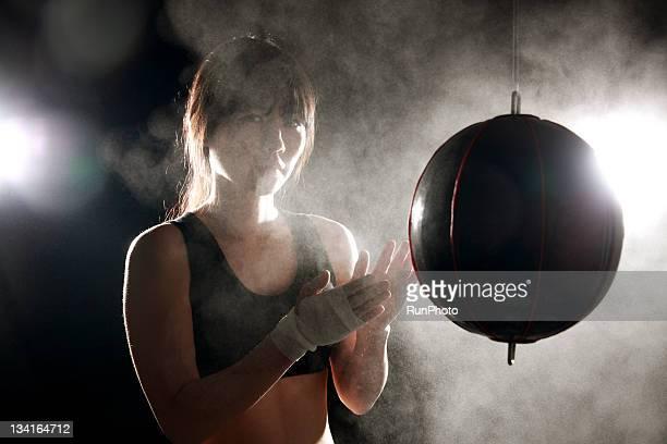 young woman training,boxing - combat sport - fotografias e filmes do acervo
