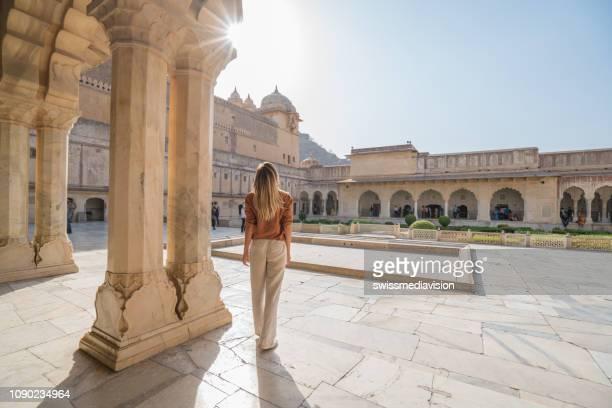 jonge vrouw reizen in india overweegt oude tempel in jaipur, india - amber fort stockfoto's en -beelden