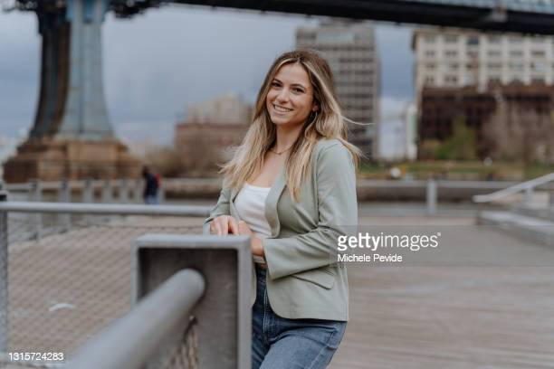 young woman traveling in new york during springtime - brooklyn new york stock pictures, royalty-free photos & images