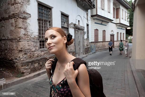 Mujer joven turista en Kaleici (antigua ciudad de Antalya