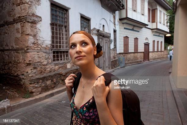 Junge Frau Reisenden in Kaleici (Altstadt von Antalya