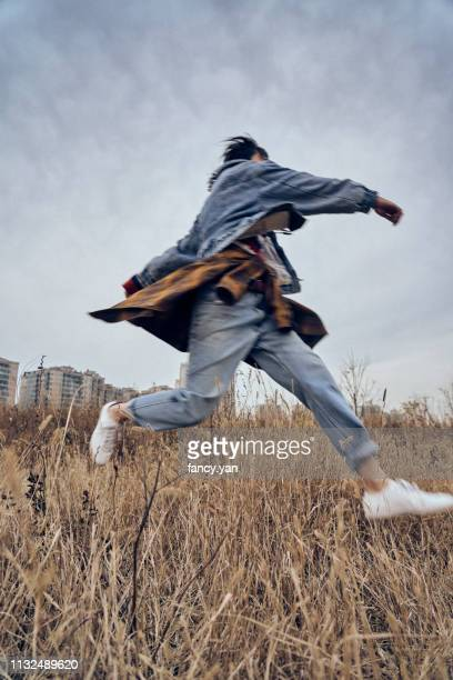 young woman traveller running in a park - ontsnappen stockfoto's en -beelden
