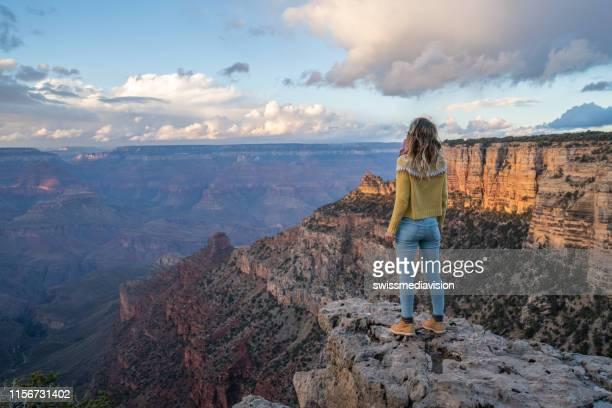 a mulher nova viaja nos eua e contempla a garganta grande famosa, estados unidos, povos viajam explora a natureza - usa - fotografias e filmes do acervo