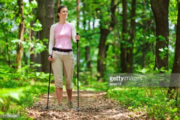 Junge Frau-Trekking im Wald