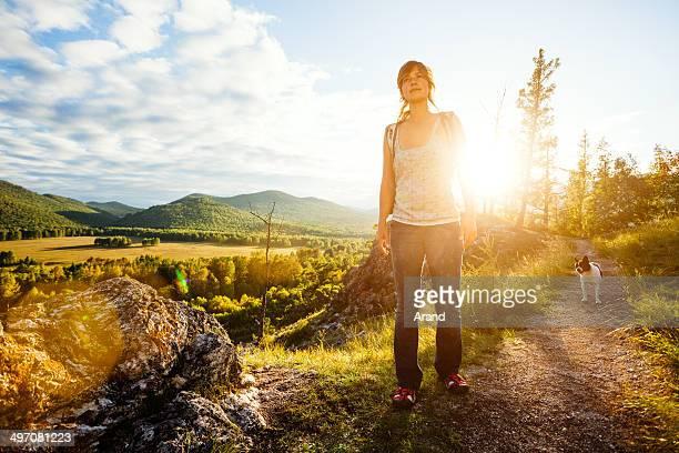 Junge Frau trekking.