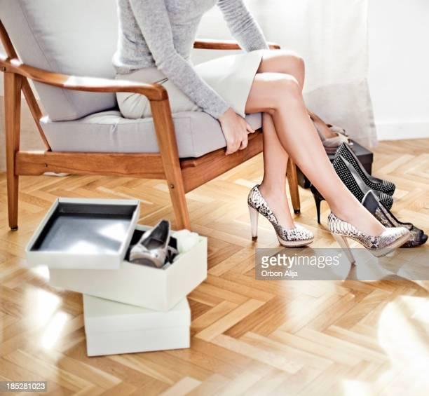 ている若い女性の靴