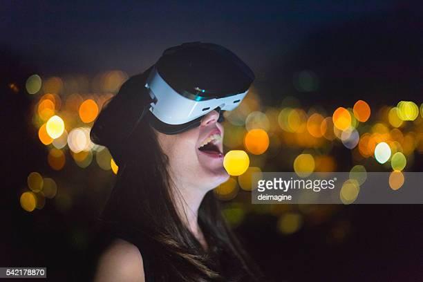 若い女性て仮想現実シミュレーター夜に