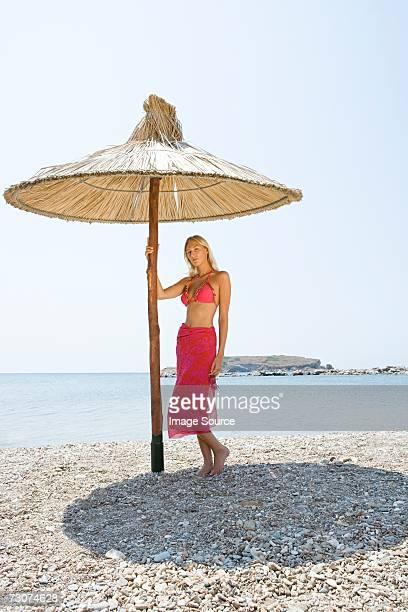 Jeune femme sous le parasol