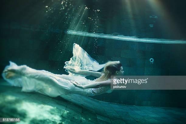 Joven mujer bajo el agua