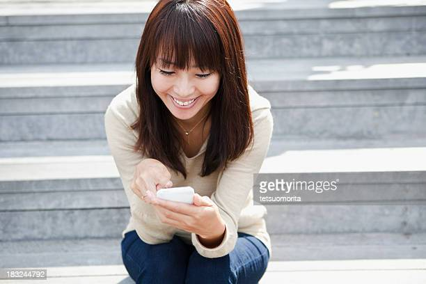 若い女性がスマートフォンを使用しています。