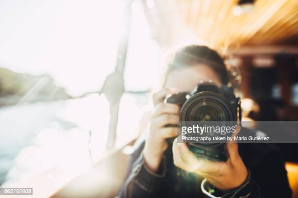 young woman using a dslr camera - fotografie stock-fotos und bilder