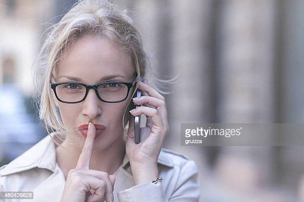 Jeune femme à l'aide d'un téléphone mobile dans l'environnement urbain