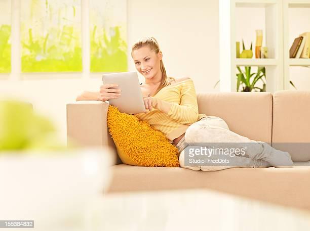 Junge Frau, die einen tablet PC