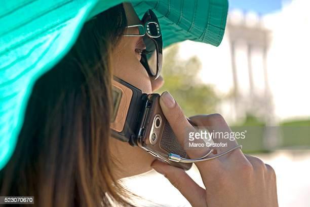 young woman using cell phone - marco cristofori fotografías e imágenes de stock
