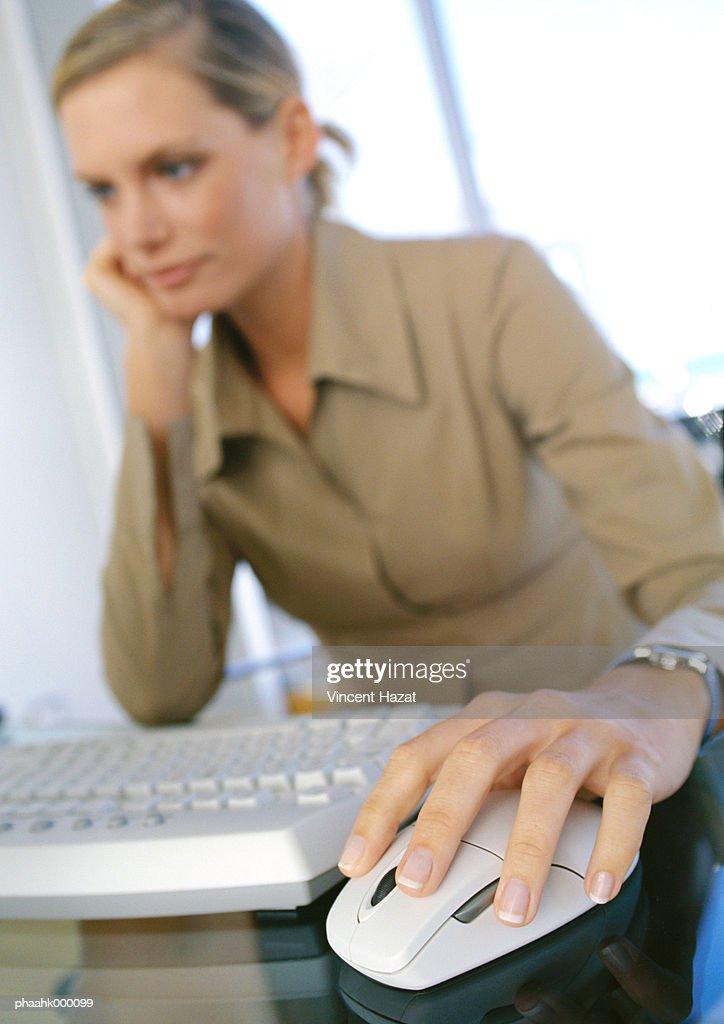 Young woman using computer : Stockfoto