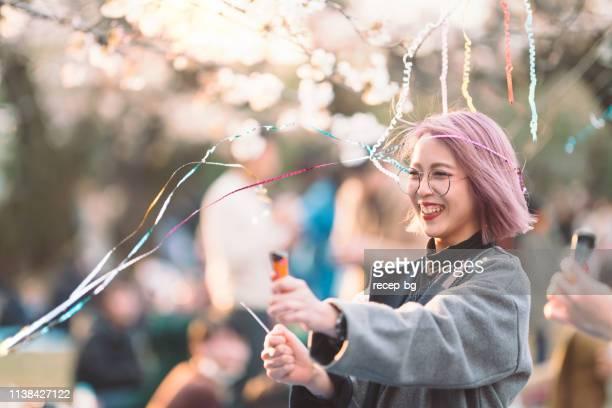 ung kvinna som använder konfetti för firande - flying solo after party bildbanksfoton och bilder