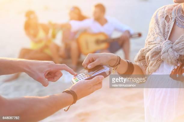 Jeune femme à l'aide de carte de crédit pour le paiement sans contact