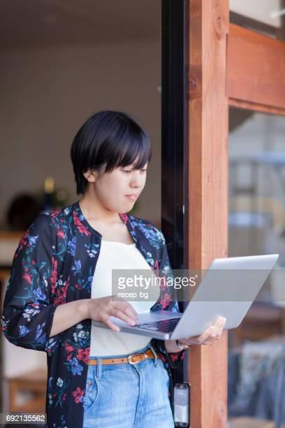 若い女性のラップトップを使用して