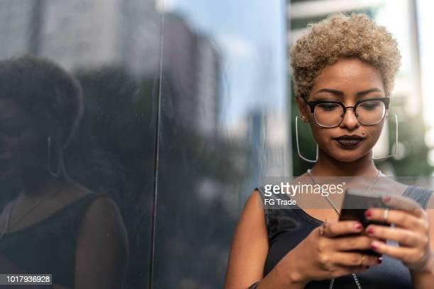 jovem mulher usando mobile - cabelo louro - fotografias e filmes do acervo