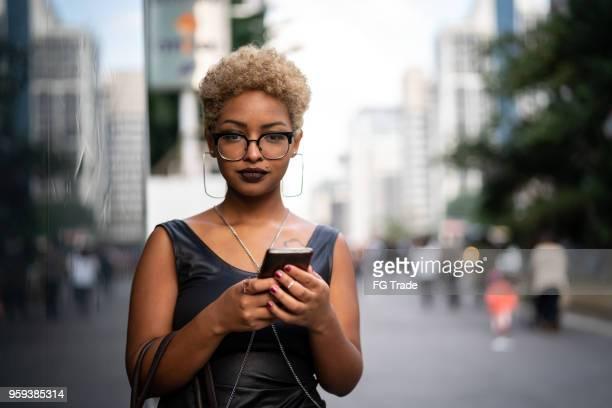 jovem mulher usando mobile - mobile - fotografias e filmes do acervo