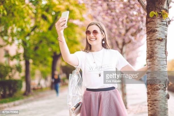 Jeune femme à l'aide de téléphone dans la ville