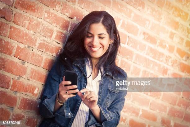 giovane donna che usa il telefono - solo una donna giovane foto e immagini stock