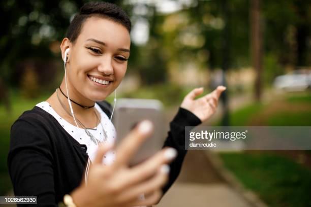 jeune femme à l'aide de smartphone pour la vidéo - teen webcam photos et images de collection
