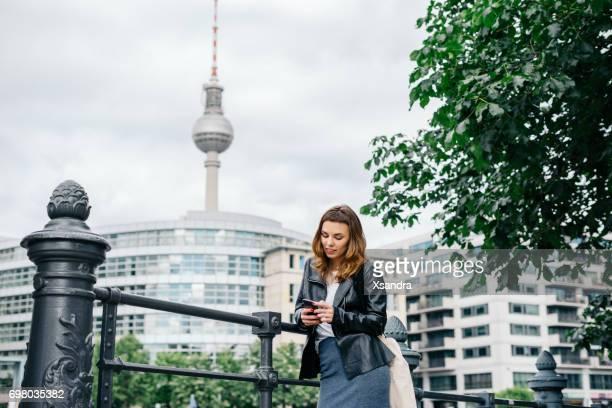 Mujer joven con smartphone en Berlín, Alemania