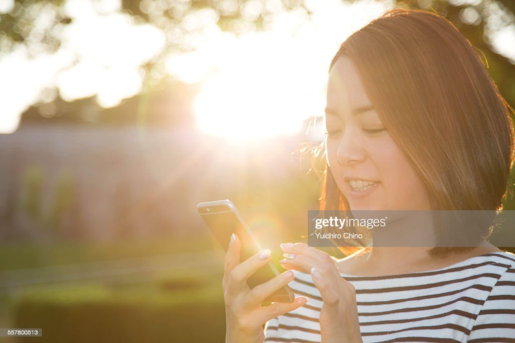 Young woman using smartphone : ストックフォト