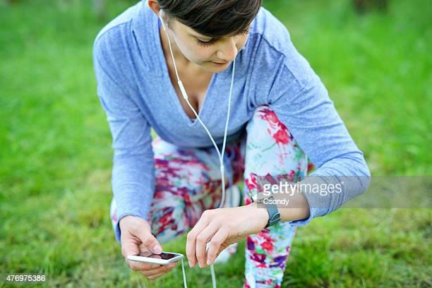 Mujer joven usando smartwatch
