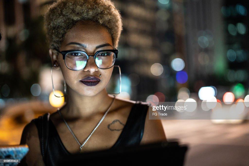 Junge Frau mit Tablet in der Nacht : Stock-Foto