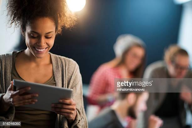 タブレットを使用して若い女性
