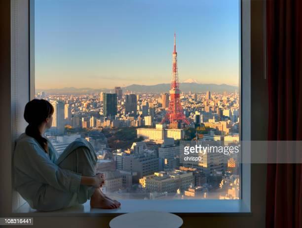 Jeune femme avec vue sur la Tokyo au lever du soleil