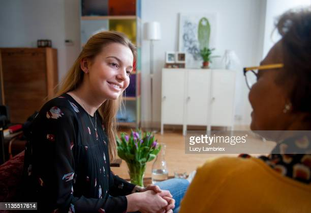 young woman visiting a coach/counselor - lucy lambriex stockfoto's en -beelden
