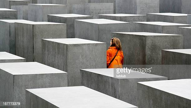 Giovane donna visitare il Memoriale dell'Olocausto di Berlino, Germania