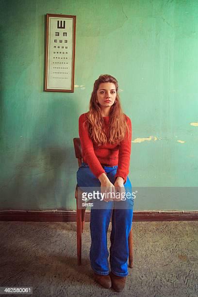Junge Frau wartet auf Prüfung im doctor's Zimmer