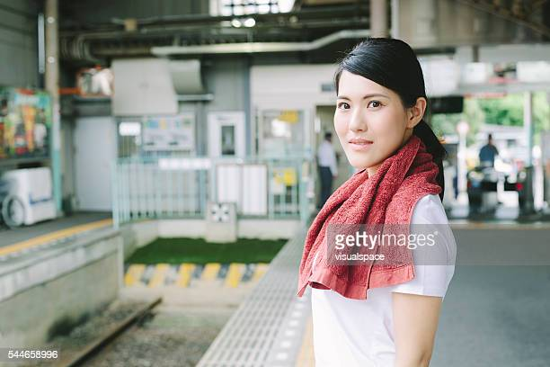 若い女性ウェイティングの鉄道