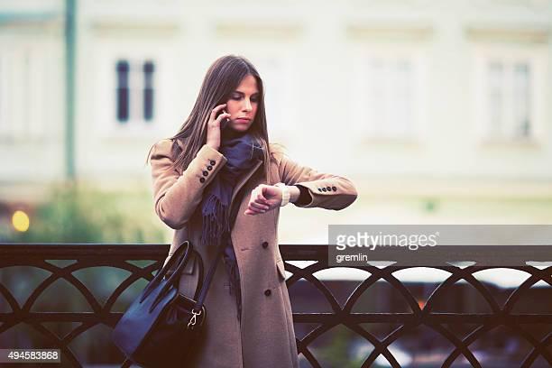 Junge Frau wartet auf ein Rendezvous mit Unbekannten