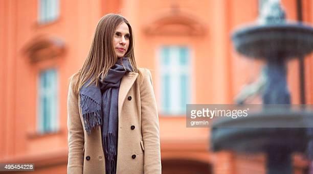 jovem mulher esperando na rua - cabelo liso - fotografias e filmes do acervo