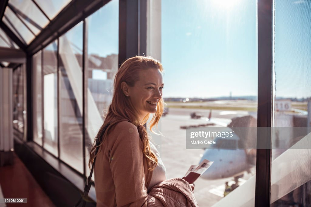 Young woman waiting to board the airplane : Foto de stock