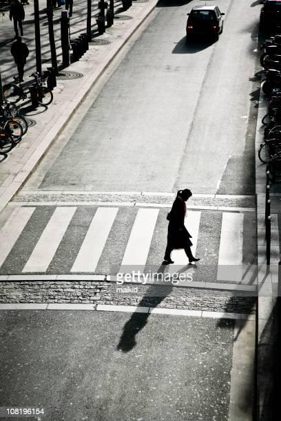 Jeune femme marchant sur la route