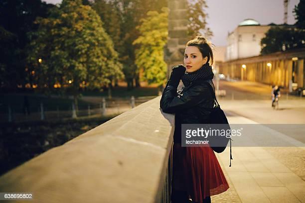 夜にベルリンミッテで歩いてリラックスしている若い女性 - プレンツラウアーベルグ ストックフォトと画像